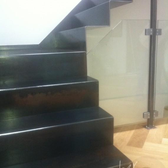 escalier usine flottant effet rouillé