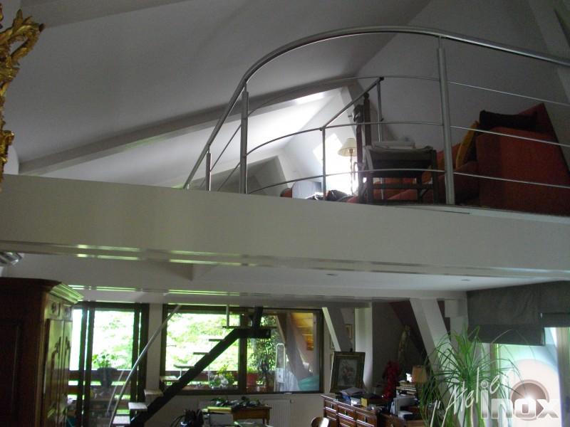 Rampe en inox sur escalier mono limon en acier