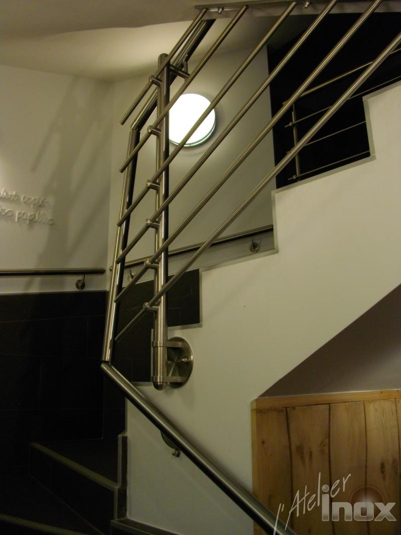 Garde corps inox et main courante fixée au mur pour la grande distribution